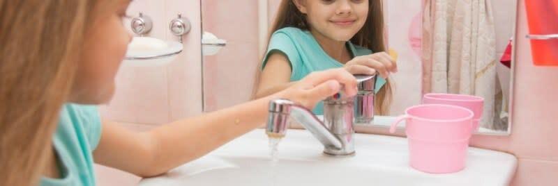 liten flicka i badrummet