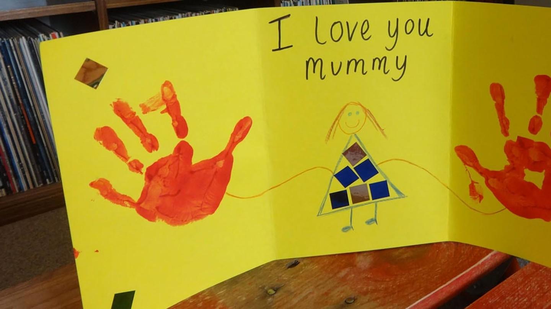 Barnhandavtryck på ett kort i papp