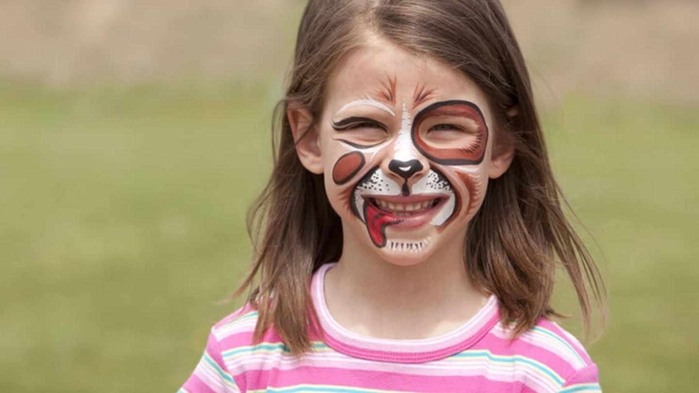 En tjej med ansiktsmålning föreställande hund