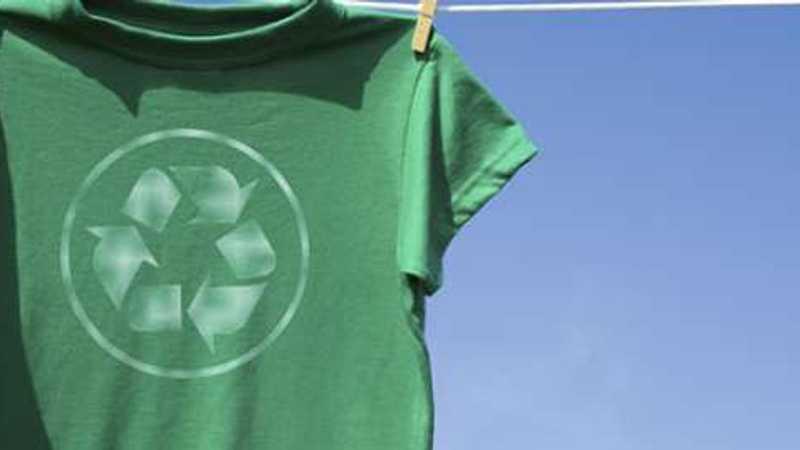 Grön skjorta med återvinningslogotyp