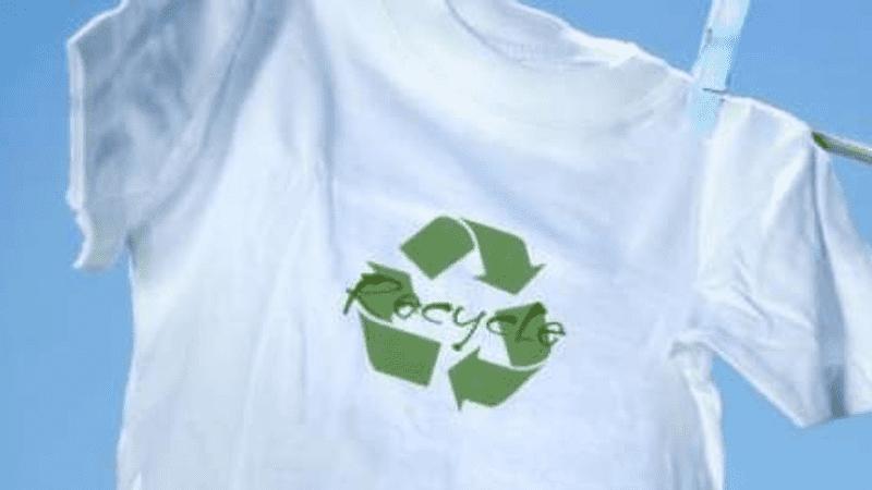 vit topp med återvinningslogotyp på en tvättlinje